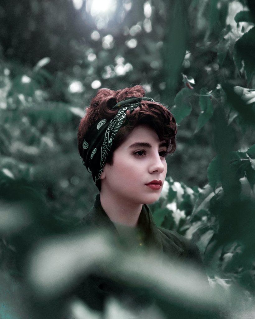 bandana vert dans les cheveux