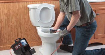 La seule façon sûre de déboucher une toilette