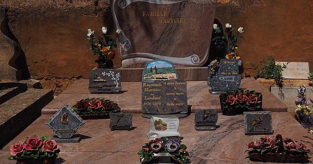 Pourquoi choisir des médaillons funéraires en porcelaine ?